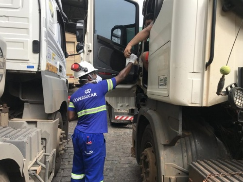 Copersucar doa lanches para caminhoneiros no Porto de Santos