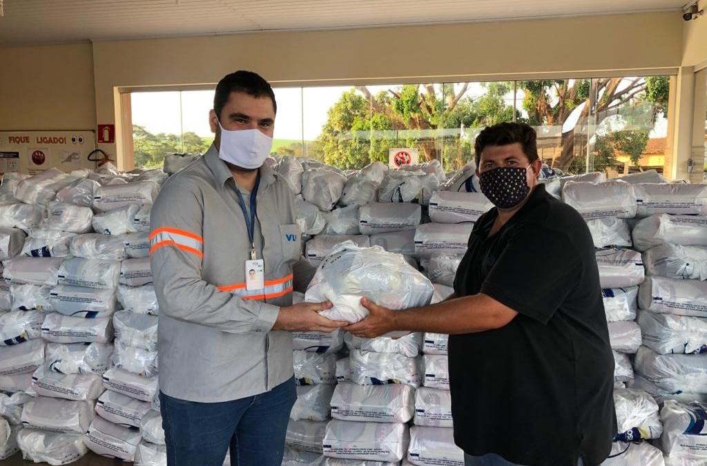 Caminhoneiros recebem doação de cestas básicas e álcool