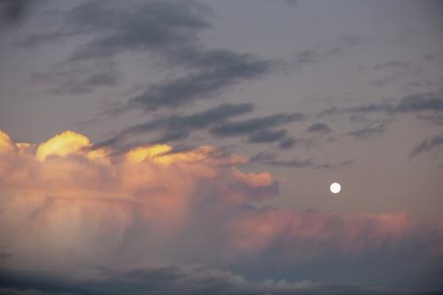 Céu com nuvens rosadas e lua