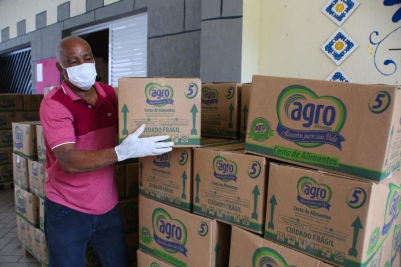 Copersucar doa cestas básicas para alunos de escola municipal, em Santos